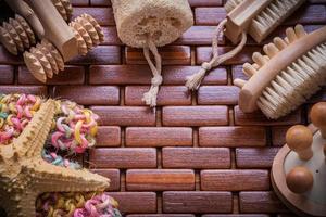 Zusammensetzung des Badzubehörs auf karierter Holztischmatte saun foto