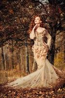 schöne Frau im Herbstwald