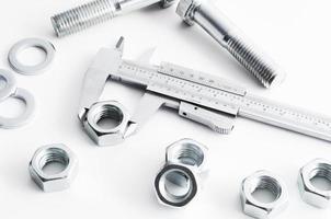 Messung der Schrauben- und Mutternindustrie. Messen mit Messschieber foto