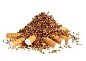 Zigarette und Tabak lokalisiert auf einem weißen Hintergrund foto