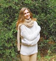 Weihnachts-, Winter- und Personenkonzept - glückliches hübsches junges Mädchen foto