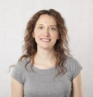 lächelndes Porträt der jungen Frau. foto