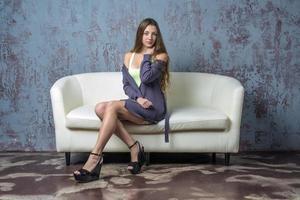 schönes Mädchen mit langer Haarjacke und Sandalen foto