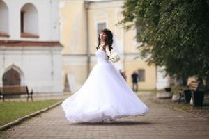Braut bei einer Hochzeit in einem weißen Kleid foto