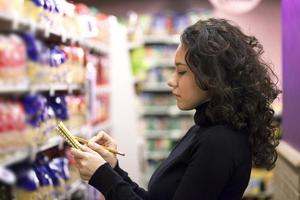 Frau im Supermarkt foto