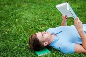 einen friedlichen Ort zum Lesen finden. foto