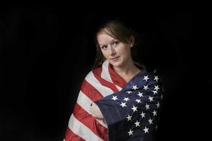 Frau in eine Flagge gewickelt foto