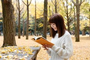 Lesen im Herbst foto