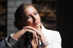 junge Frau auf der Nachtstadtstraße