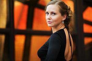 Frau in Schwarz foto