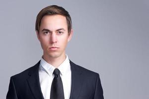 Nahaufnahmeporträt eines ernsten Geschäftsmanngesichtes foto