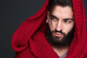 hübscher junger Mann mit Schal foto