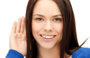 glückliche junge Frau, die Klatsch hört foto