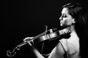 Schwarzweiss-Bild einer Frau, die Geige spielt foto