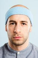 lustiger Mann Porträt realer Leute hochauflösender blauer Hintergrund foto