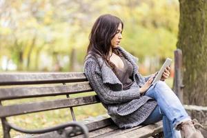 junge Frau auf der Bank foto