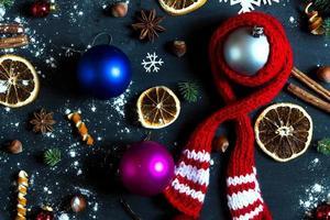 Hintergrund mit Kugeln, Schneeflocken und Orangen.