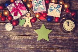 Weihnachtsgeschenke auf einem Tisch. foto