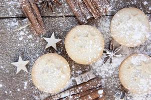 warmes Bild von Weihnachtsnahrungsmitteln auf hölzernem Hintergrund des rustikalen Stils