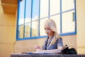 junge Geschäftsfrau mit einem Ordner foto