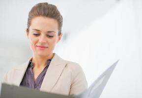 Porträt der Geschäftsfrau, die im Büro arbeitet foto
