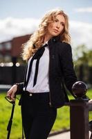 junge Modegeschäftsfrau auf der Stadtstraße foto
