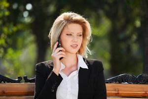 junge Frau, die am Telefon anruft foto