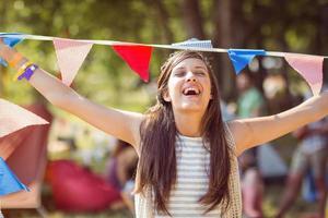 hübscher Hipster, der für Kamera mit Flaggen aufwirft foto