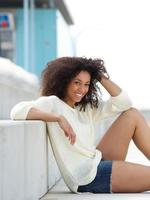 junge Frau, die draußen lächelt und sich entspannt foto
