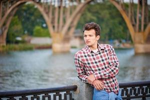 schöner Mann draußen über dem städtischen Hintergrund foto