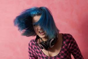 Punk Girl DJ mit gefärbtem türkisfarbenem Haar foto