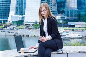 Frau auf Kaffeepause mit Laptop und Schreiben einer Nachricht foto