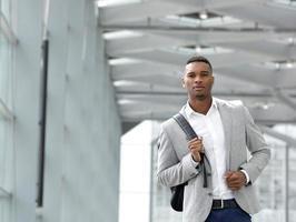 attraktiver junger Mann, der mit Tasche geht foto