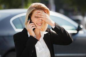 junge Geschäftsfrau, die am Telefon anruft