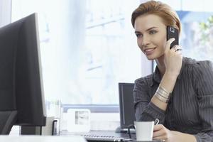 Porträt der attraktiven jungen Geschäftsfrau foto