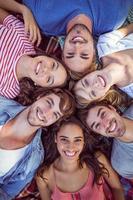 glückliche Freunde, die sich in Cirlce zusammenkauern