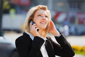 junge Geschäftsfrau, die am Telefon anruft foto