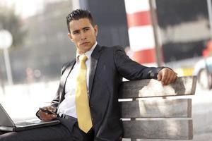 Geschäftsmann, der am Stadtpark arbeitet foto