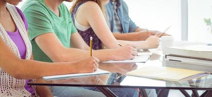 Modestudenten schreiben auf Notizblock foto