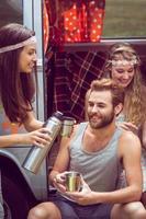 Hipster-Freunde im Wohnmobil beim Festival