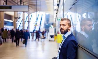 Geschäftsmann in der U-Bahn foto