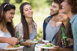 Hipster essen zu Mittag und trinken Bier foto