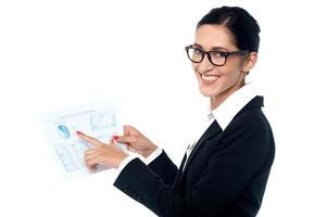 Geschäftsfrau, die Jahresberichte teilt foto