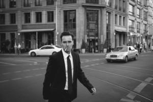 Geschäftsmann raucht Zigarette in der Straße foto