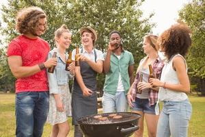 glückliche Freunde im Park beim Grillen foto