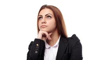 Geschäftsfrau, die mit der Hand am Kinn denkt