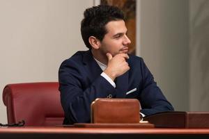 junger hübscher Geschäftsmann im blauen Anzug foto