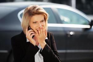 junge Geschäftsfrau, die auf dem Handy anruft foto