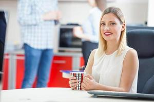 Geschäftsfrau in einer Kaffeepause foto