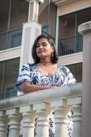 junge Inderin auf einem Balkon